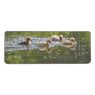 泳いでいる4羽の子ガモ ワイヤレスキーボード