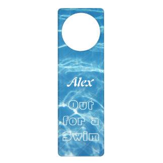 泳ぐ澄んでクールで青い水生プール水ハート ドアノブプレート