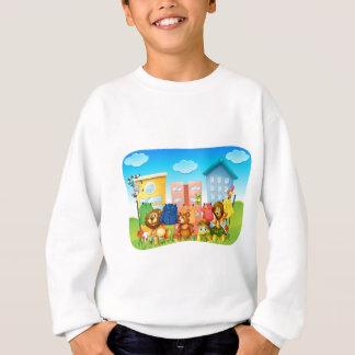 洗濯を外でしている動物 スウェットシャツ