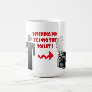 洗面所へのおもしろいな破壊の前のボーイフレンド コーヒーマグカップ