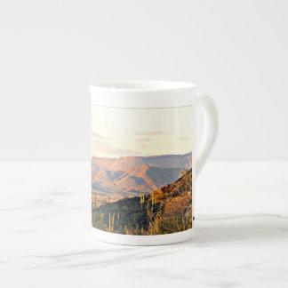 洞窟の入り江の景色のコーヒーかティーカップ ボーンチャイナカップ