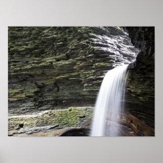 洞窟の滝、Watkinsの谷間の州立公園、ニューヨーク ポスター