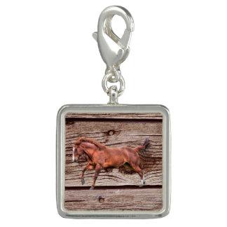 活気がある焦げ茶色の馬及び木効果の素朴なデザイン チャーム