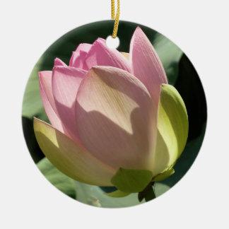 活気付くピンクのはすの花の芽 セラミックオーナメント