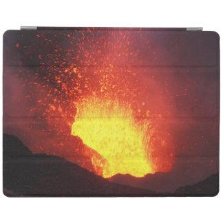 活火山の噴火口の熱い溶岩の噴火 iPad カバー