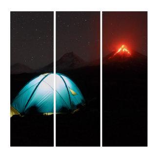活火山の背景の夜のキャンプ トリプティカ