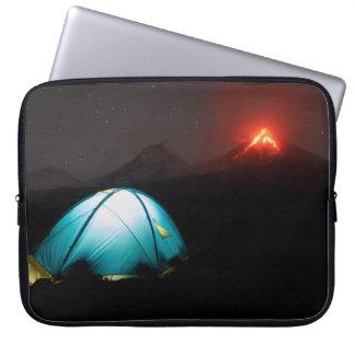 活火山の背景の夜のキャンプ ラップトップスリーブ
