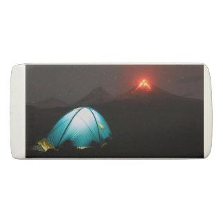 活火山の背景の夜のキャンプ 消しゴム