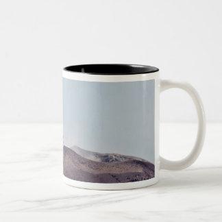 活火山Anak Krakatauから脱出する煙 ツートーンマグカップ