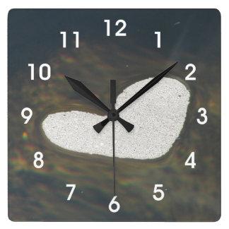 流れのハート形の泡 時計