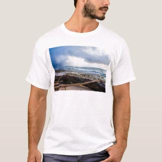 流木が付いているカウアイ島のビーチ Tシャツ