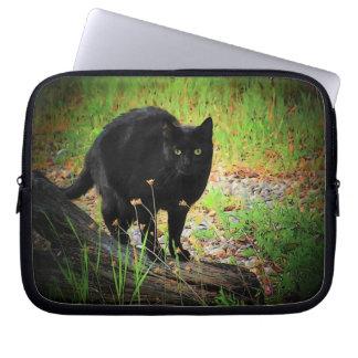 流木のアーチ形になる黒猫 ラップトップスリーブ