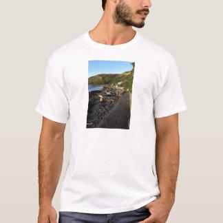 流木のビーチのPukerua湾ニュージーランド Tシャツ