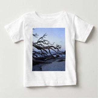 流木のビーチ ベビーTシャツ