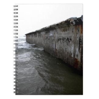 浜に引き上げられた波止場 ノートブック