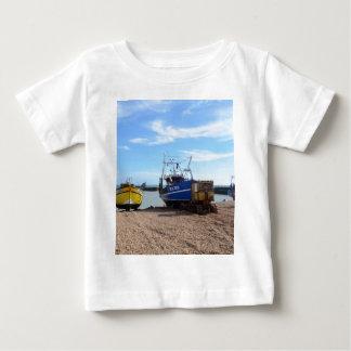 浜に引き上げられた漁船 ベビーTシャツ