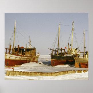 浜に引き上げられる旧式の、風化させた漁船 ポスター