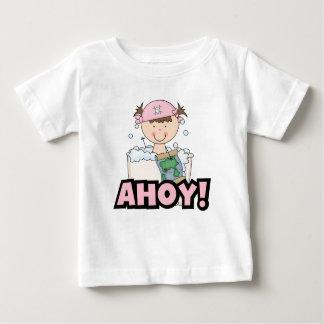 浴槽の海賊-ブルネットの女の子のTシャツおよびギフト ベビーTシャツ
