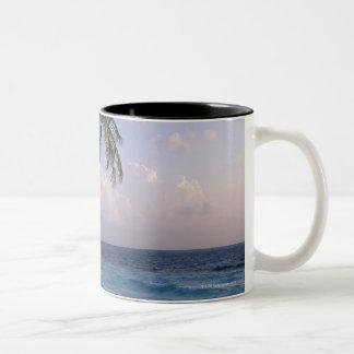 海およびヤシの木 ツートーンマグカップ