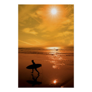 海からのサーファーの歩くのシルエット ポスター