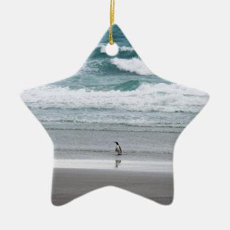 海から戻っているペンギン セラミックオーナメント