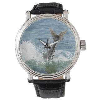 海ではねかけている魚 腕時計