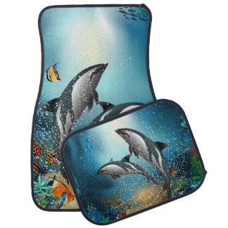 海で遊んでいるかわいいカップルのイルカ カーマット