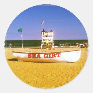 海によって授けられるライフガードのボート ラウンドシール