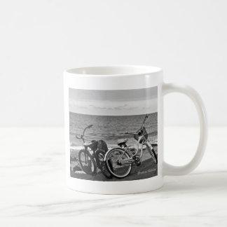 海によるバイク コーヒーマグカップ