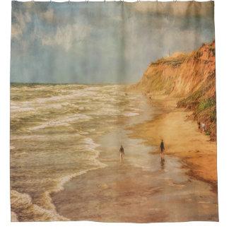 海によるビーチの歩行 シャワーカーテン
