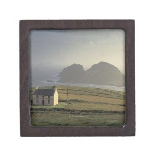 海による丘のコテッジの空中写真 ギフトボックス