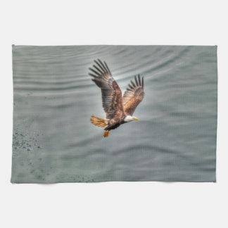 海に飛んでいるアメリカの白頭鷲 キッチンタオル