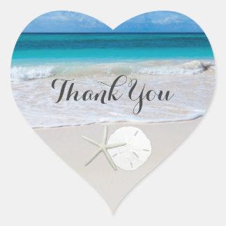 海のビーチのヒトデの砂ドルは感謝していしています ハートシール