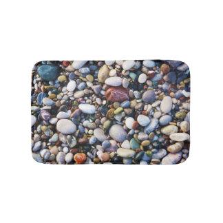 海のビーチの小石およびカラフルな石 バスマット