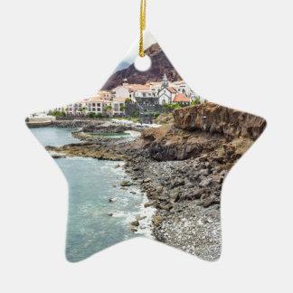海のビーチの山村が付いているポルトガルの海岸 セラミックオーナメント