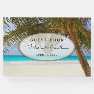 海のビーチ結婚式の来客名簿の側のヤシの木 ゲストブック