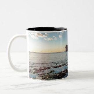 海のマグによる穏やかな朝 ツートーンマグカップ