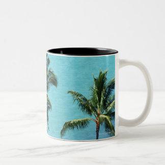 海のヤシの木そして表面 ツートーンマグカップ
