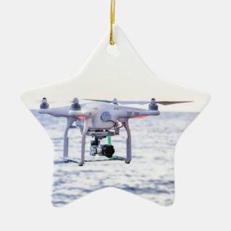 海の上の海岸の飛んでいるな無人機 セラミックオーナメント