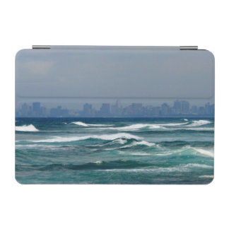 海の波の後ろの都市スカイライン iPad MINIカバー