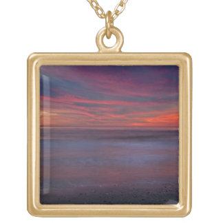 海の海岸の紫色色の日の出 ゴールドプレートネックレス