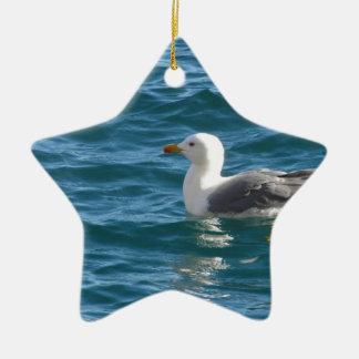 海の表面で浮かんでいる1羽のカモメ セラミックオーナメント