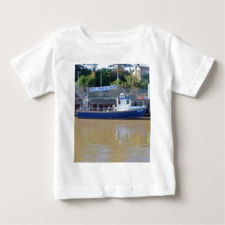 海の角度のボートの青の夜明け ベビーTシャツ