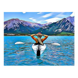 海の郵便はがきによってカヌーをこぐか、またはカヤックを漕いでいる女性 ポストカード