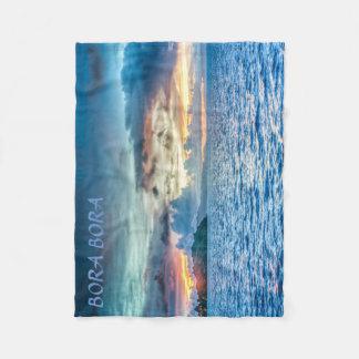 海を渡るBora Boraの日没 フリースブランケット