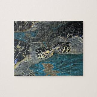 海タンクで接吻しているカメ ジグソーパズル