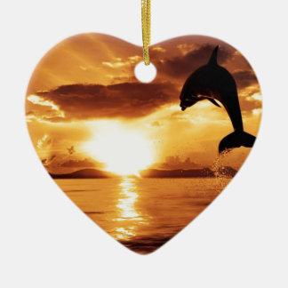 海上の美しい日没の跳躍のイルカ セラミックオーナメント