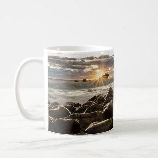 海及び岩が多い海岸のマグの豪華な日没 コーヒーマグカップ