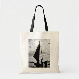 海岸でつながれるヨット トートバッグ