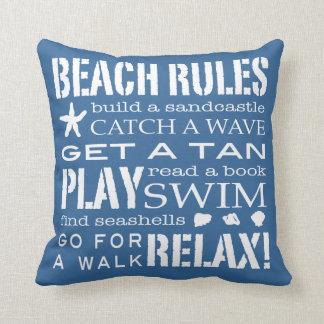 海岸のクラシックな青によるビーチの規則及び白い クッション